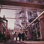 MIKAN 4313826 [Deux travailleurs, à une raffinerie de British Petroleum]. février 1961 [246 KB, 1000 X 1018]
