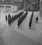 MIKAN 4325958 Marcher en rang, exercise  1940 [185 KB, 1000 X 1055]