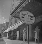MIKAN 4326018 Halifax, deux dames à l'extérieur de l'Office du tourisme. [ca 1939-1951] [149 KB, 1000 X 1056]
