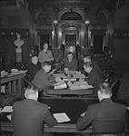 MIKAN 4316056 Toronto, hommes assis à des bureaux, possiblement à Queens Park. [entre 1939-1951]. [130 KB, 1000 X 1050]