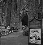 MIKAN 4316106 Toronto, fidèles sortant de l'église Timothy Eaton Memorial sur la St-Clair Avenue West. [entre 1939-1951]. [193 KB, 1000 X 1055]