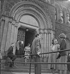 MIKAN 4316121 Toronto, groupe d'hommes et de femmes à l'extérieur d'un édifice. [entre 1939-1951]. [178 KB, 1000 X 1049]