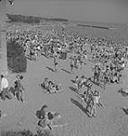 MIKAN 4316179 Toronto, personnes prenant du soleil sur une plage. [entre 1939-1951]. [211 KB, 1000 X 1054]