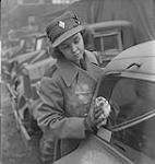 MIKAN 4328696 Hôpital Women¿s College. Une femme non identifiée un uniforme nettoie une fenêtre. [entre 1939-1951] [117 KB, 1000 X 1056]