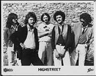 MIKAN 4383888 Portrait de presse des membres du groupe Highstreet, debout contre un mur de pierre. [entre 1979-1981]. [183 KB, 1000 X 789]