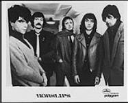 MIKAN 4383929 Portrait de presse des membres du groupe Horslips, debout dans un couloir. [entre 1970-1980]. [Portrait de presse des membres du groupe Horslips, debout dans un couloir., [entre 1970-1980].]
