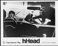 MIKAN 4383958 Portrait de presse de hHead, qui nettoie le pare-brise d¿une voiture. entre 1991-1997. [98 KB, 1000 X 794]