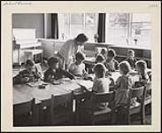 MIKAN 4365779 Classe de maternelle à l'école publique Vincent Massey. novembre 1958 [Classe de maternelle à l'école publique Vincent Massey., novembre 1958]