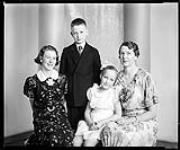 MIKAN 4333284 Mrs. M. Sutherland (with 3 children) March 30, 1937 [Mrs. M. Sutherland (with 3 children), March 30, 1937]