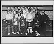 MIKAN 4383474 Living Colour, acceptant un prix pour son album Vivid. ca. 1988. [132 KB, 1000 X 803]