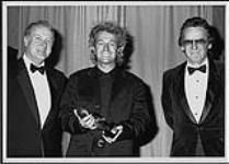 MIKAN 4380903 Luc Plamondon accepting the Wm. Harold Moon Award (SOCAN) from Gordon Lightfoot  [ca. 1991]. [109 KB, 1000 X 715]