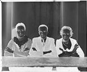 MIKAN 4347595 Frances, Dorthy, et Myles Larkin (groupe) 15 février 1936 [Frances, Dorthy, et Myles Larkin (groupe), 15 février 1936]