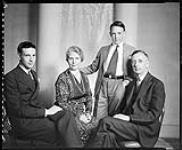 MIKAN 4347846 Monsieur et Madame R.A. Bishop et la famille. 16 juin 1936 [Monsieur et Madame R.A. Bishop et la famille., 16 juin 1936]