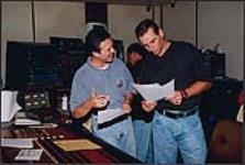 MIKAN 4446792 Gilles Godard et un homme non identifiés à la table de console dans un studio d'enregistrement  [entre 1983-1985]. [130 KB, 1000 X 670]