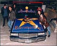 MIKAN 4446873 Membres du groupe Junkhouse avec une voiture peinte. [ca 1995]. [222 KB, 1000 X 799]
