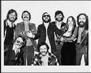MIKAN 4443176 Les représentants de plusieurs organismes médiatiques sont réunis à Tower Town pour assister à l'unique représentation canadienne du groupe The Tubes à Toronto. [entre 1975-1979]. [Les représentants de plusieurs organismes médiatiques sont réunis à Tower Town pour assister à l'unique représentation canadienne du groupe The Tubes à Toronto., [entre 1975-1979].]