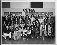 MIKAN 4443178 Dave Watts (directeur musical, CFRA Ottawa) avec un groupe de personnes devant une affiche « CFRA Super Sessions »  [ca 1978]. [156 KB, 1000 X 801]