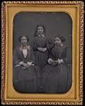 MIKAN 3325162 Les 3 Dames de Saint-Ours. De gauche à droite: Caroline-Virginie (1835-1894); Josephte-Hermine (1834-1900); et Henriette-Amélie (1837-1916) [vers 1850-1860]. [Les 3 Dames de Saint-Ours. De gauche à droite: Caroline-Virginie (1835-1894); Josephte-Hermine (1834-1900); et Henriette-Amélie (1837-1916), [vers 1850-1860].]