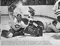 MIKAN 4814205 Jacques Plante, gardien de but des Canadiens de Montréal, en action contre les Bruins de Boston, 17 janvier 1960. 17 janvier 1960. [Jacques Plante, gardien de but des Canadiens de Montréal, en action contre les Bruins de Boston, 17 janvier 1960., 17 janvier 1960.]