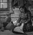 MIKAN 4950390 Dépouillage d'un castor. 1948 [Dépouillage d'un castor., 1948]