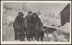 MIKAN 5096712 [Innu children and Thomas' wife (middle)]. [between 1900-1925] [[Innu children and Thomas' wife (middle)]., [between 1900-1925]]