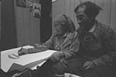 MIKAN 5152841 [Lucy Qinnuayuak drawing at home with her husband Tikituk Qinnuayuak]  November 1980 [97 KB, 1000 X 663]